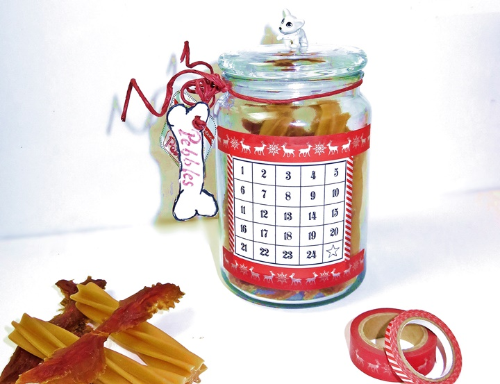 Glas mit Hundeleckerli und Adventskalenderzahlen