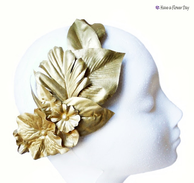 Corona dorada con hojas y flores · Golden crown with leaves and flowers