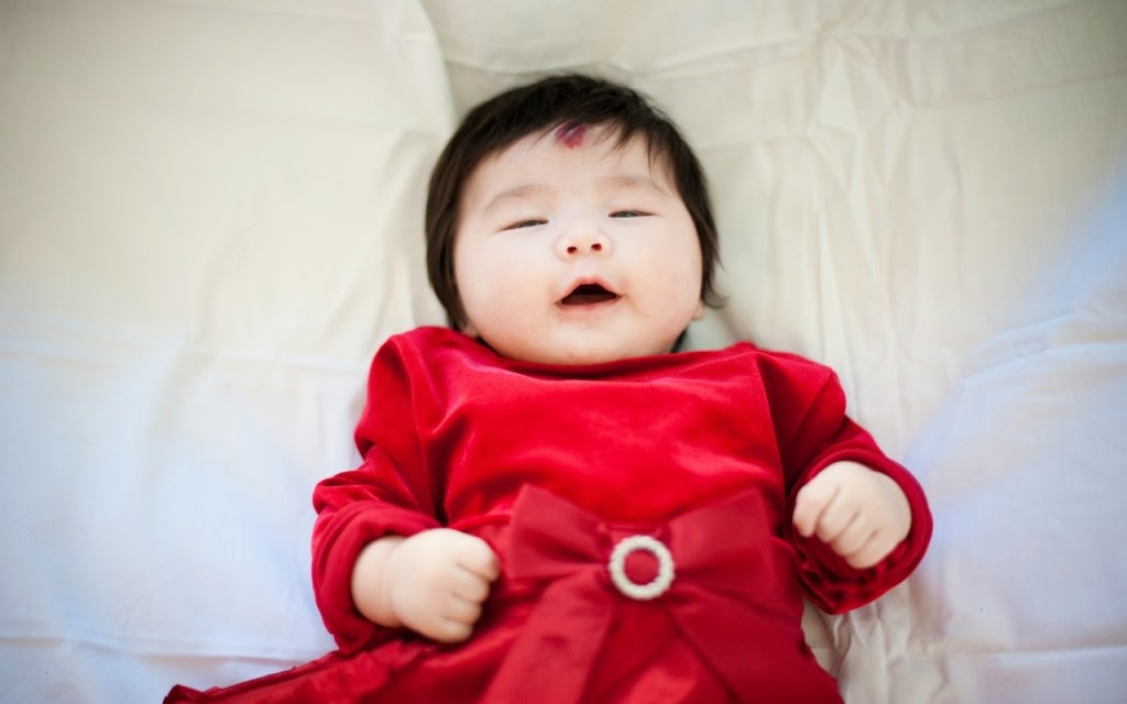 Gambar bayi cantik asal cina pakai gaun merah