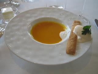 能登産かぼちゃのポタージュスープとトリュフ入りのアイスクリームチーズ味のクラッカーを添えて