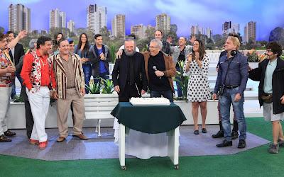 """Caracterizado como """"Gabriel"""", Moacyr recebe homenagem de Carlos Alberto, do diretor Marcelo de Nóbrega e dos colegas da atração (Crédito: Leonardo Nones/SBT)"""