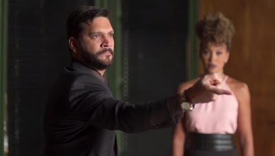 Diogo (Armando Babaioff) chega e encontra Alberto (Antonio Fagundes) na sala