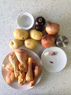 Ingredientes pollo asado con patatas debajo