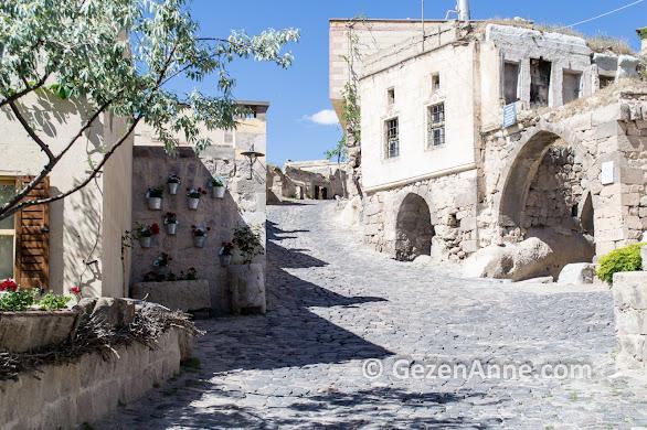 Uçhisar'ın taş evler ile süslü sokakları, Kapadokya
