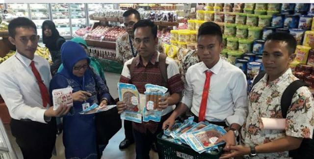 Polisi di Surabaya temukan daging kedaluwarsa dipajang di swalayan