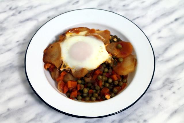 Huevos con guisantes y patatas en crock pot