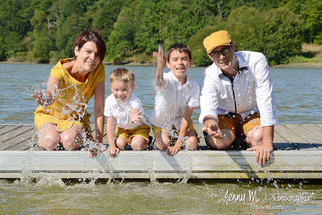 photo de famille qui lance de l'eau