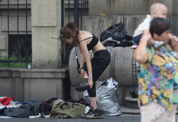 Foto Bugil memek Artis Heboh Keliatan Toketnya Saat Ganti Baju Di Trotoar