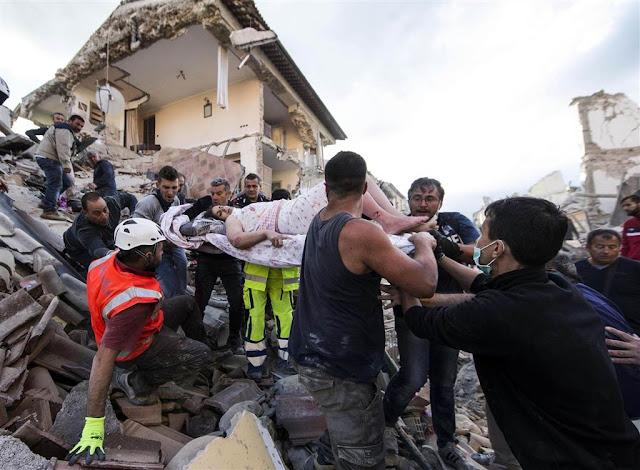 Аматріче. Рятувальники виносять жінку, знайдену під завалами