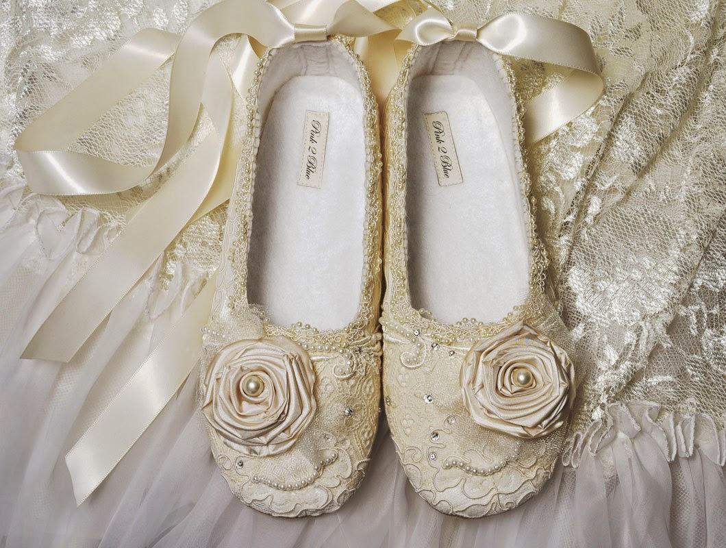 bc923e1a3db Μοναδικές μπαλαρίνες διακοσμημένες με στρας και κρύσταλλα ή με δαντέλα και  κομψές κεντητές λεπτομέρειες προσφέρουν στα πόδια εντυπωσιακή ομορφιά και  ...
