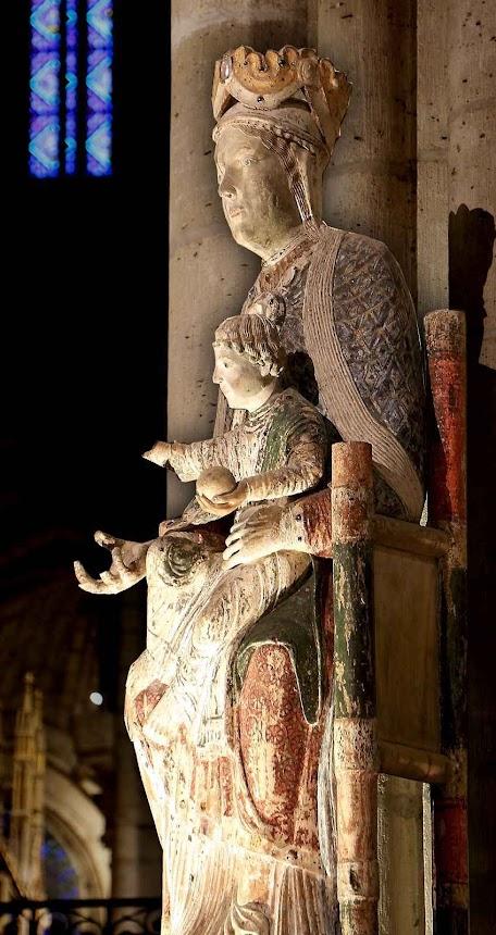 Imagem de Nossa Senhora originária de Cluny e hoje venerada na basílica Saint-Denis em Paris