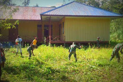 Anggota TNI Bersihkan SMP Negeri 1 Agimuga