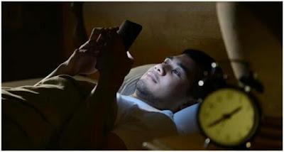 رجل فقد بصره, اضرار استخدام الهاتف فى الظلام, احذر التحديق فى الهاتف بالليل,