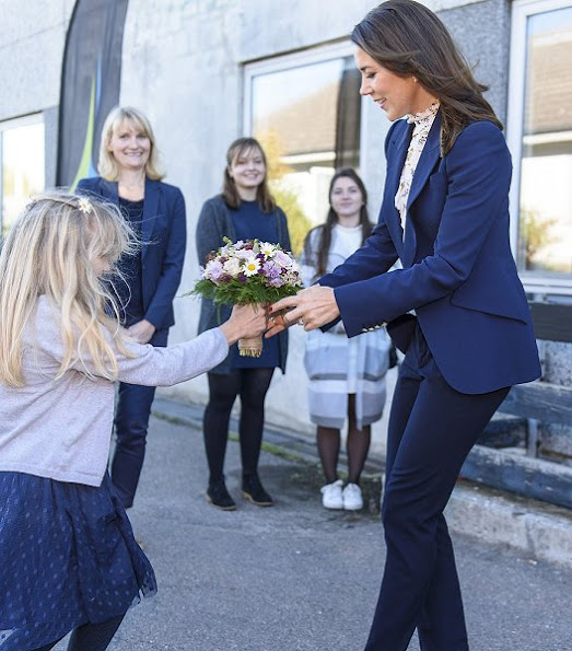 Crown Princess Mary wore blazer, wore blouse, Gianvito Rossi Pumps Mary style fashion jewellry diamond
