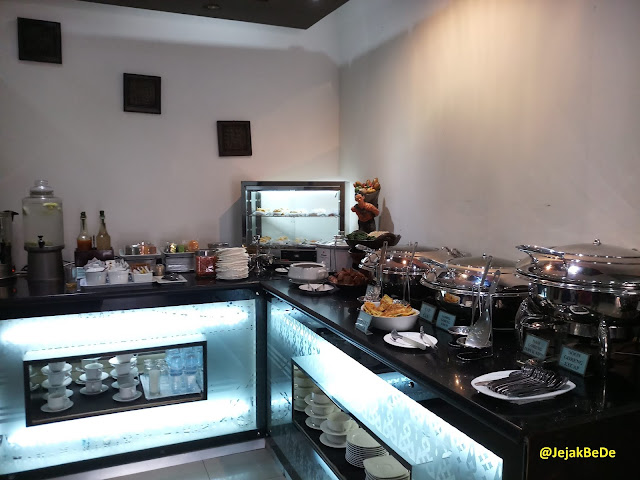 Meja buffee pada sisi kanan Garuda Executive Lounge Bandara Adi Sutjipto