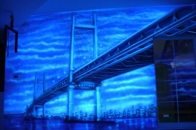 Grafika ścienna przestawiająca most, obraz namalowany farbami UV, Poznań