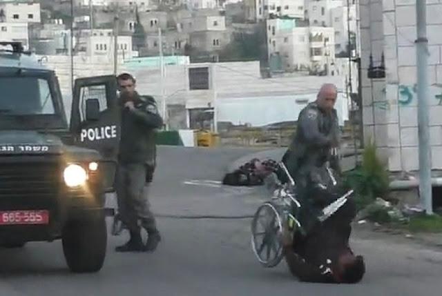 Kejam, Pria Berkursi Roda Ini Didorong Oleh Tentara Israel Hingga Tersungkur