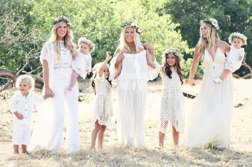 Pregnant sisters pose in beautiful dresses
