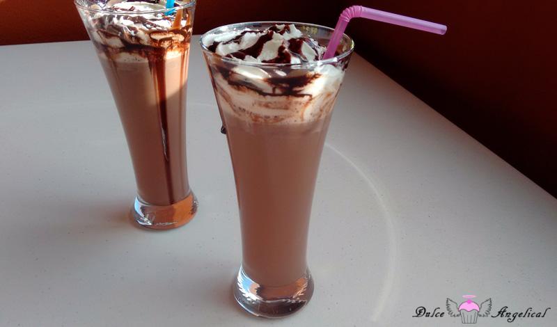 Chocolate caliente con crema irlandesa y nata