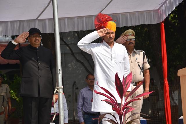 Jhabua News-म.प्र. स्थापना दिवस पर प्रभारी मंत्री सुरेन्द्र सिंह बघेल ने किया ध्वजारोहण