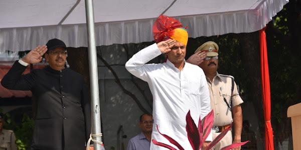 म.प्र. स्थापना दिवस पर प्रभारी मंत्री सुरेन्द्र सिंह बघेल ने किया ध्वजारोहण