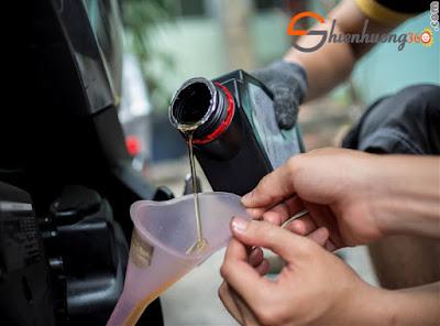 9 Thói quen gây hại cho xe tay ga của bạn: Quên thay nhớt xe