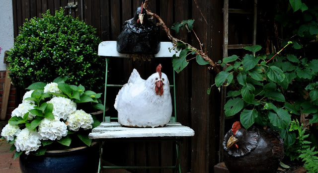 Große Hühner aus Keramik