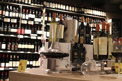 Un allestimento dell'enoteca del Carrefour Market Gourmet di Milano