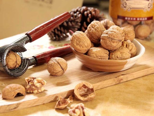 Грецкие орехи – ценный питательный продукт, который традиционно включают в рацион питания истощённым и ослабленным больным в качестве общеукрепляющего средства, а также используют в диетическом питании при авитаминозе,  дефиците солей железа и кобальта.