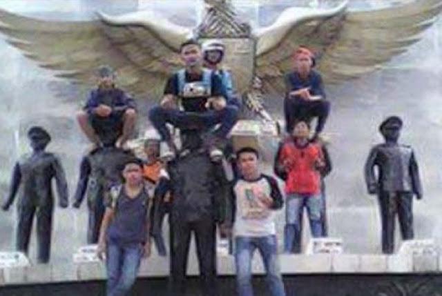 Rasain ! Injak-injak Patung Pahlawan Seenaknya, ABG di Foto Ini Diburu Polisi dan TNI.