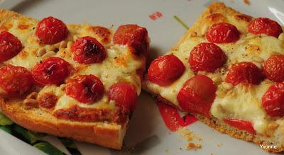 Turks brood met mozzarella, tomaat & pijnboompitten