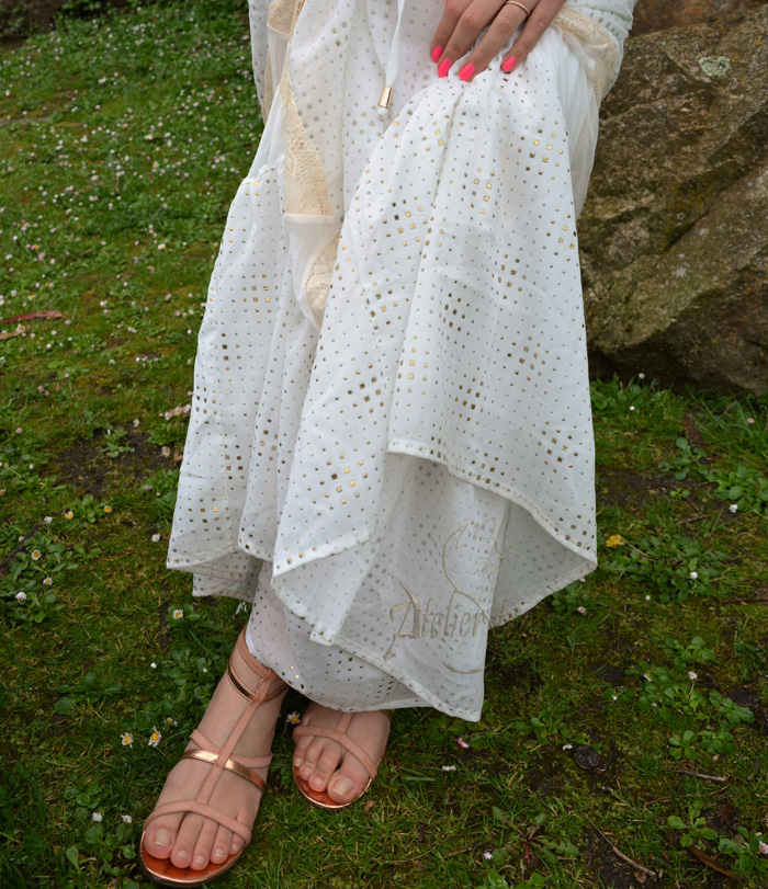 detalles dorado vestido blanco