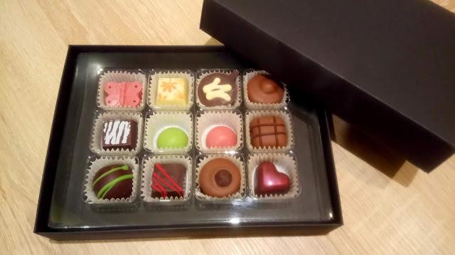 praliny z belgijskiej czekolady, czekoladki z nadzieniem, czekoladki na walentynki, walentynkowa bombonierka, czekoladki różne kształty i kolory, zestaw czekoladek dla zakochanych, pralinki dla niej i dla niego