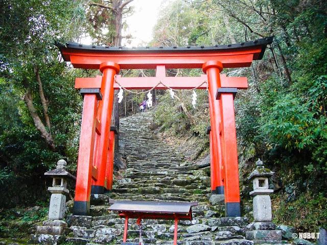 和歌山県新宮市「神倉神社」の鳥居と石段