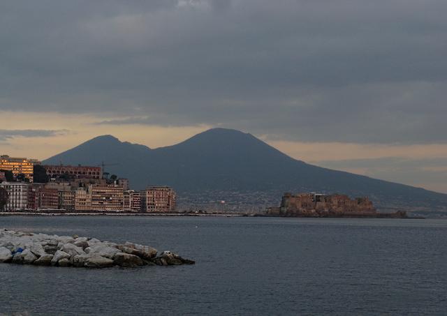 Vista su Castel dell'Ovo e Vesuvio