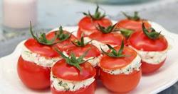 Su salotomis įdaryti pomidorai