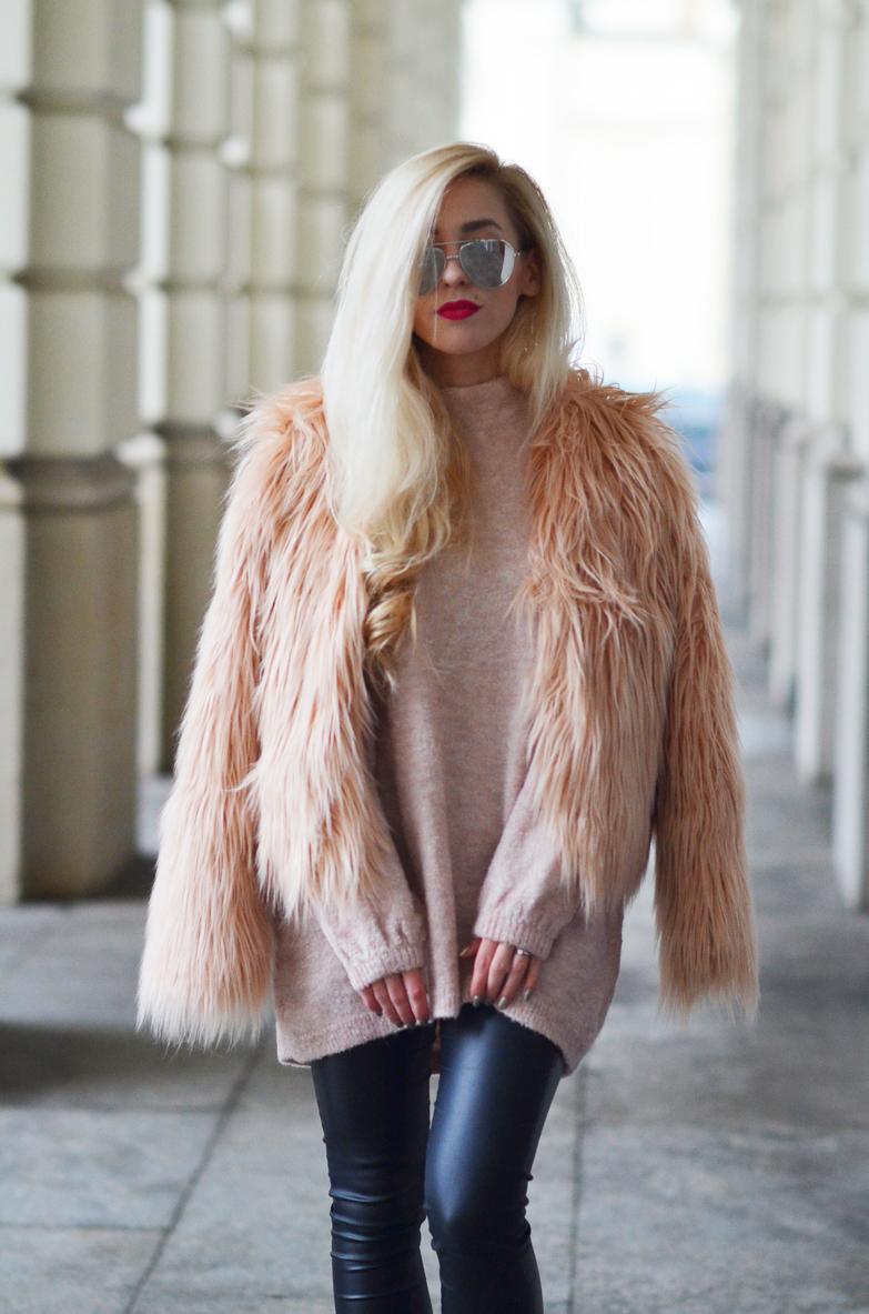 RÓŻOWE FUTERKO + PUDROWY SWETER / pink fur coat + nude pink sweater