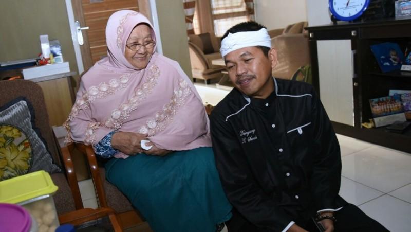 Bupati Dedi Mulyadi dan ibu Siti Rokayah