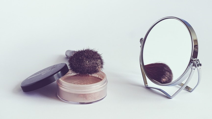 An Anti-Aging Contouring Trick That Works Miracles loose powder, brush and mirror