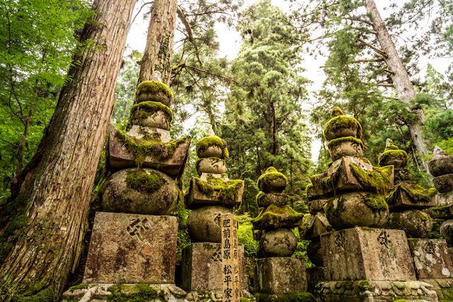 Familia de piedra en Okunoin :: Canon EOS5D MkIII | ISO400 | Canon 24-105@24mm | f/4.0 | 1/50s