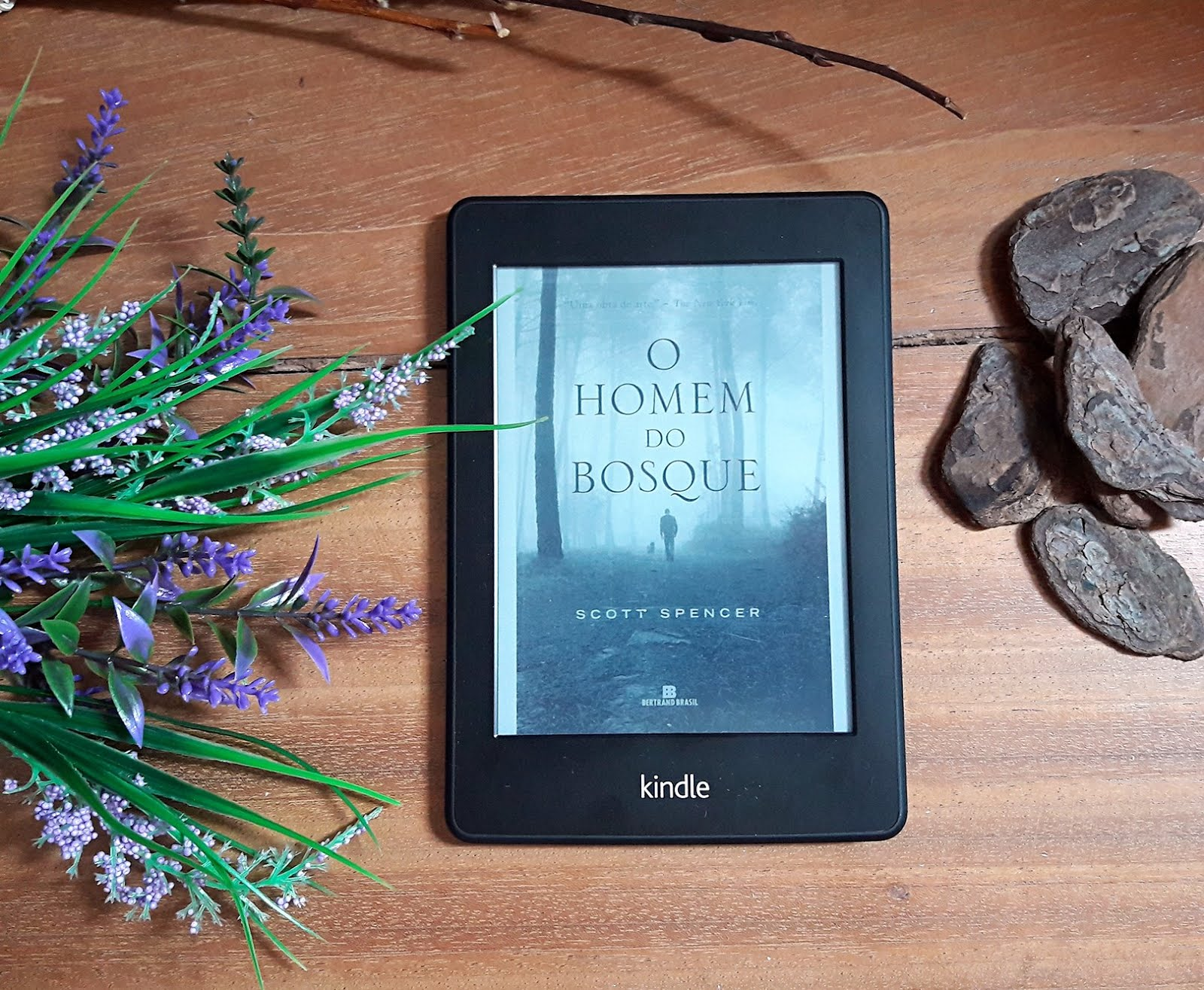 Foto do kindle com o ebook O Homem do Bosque