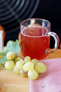 Glas Federroter und Trauben