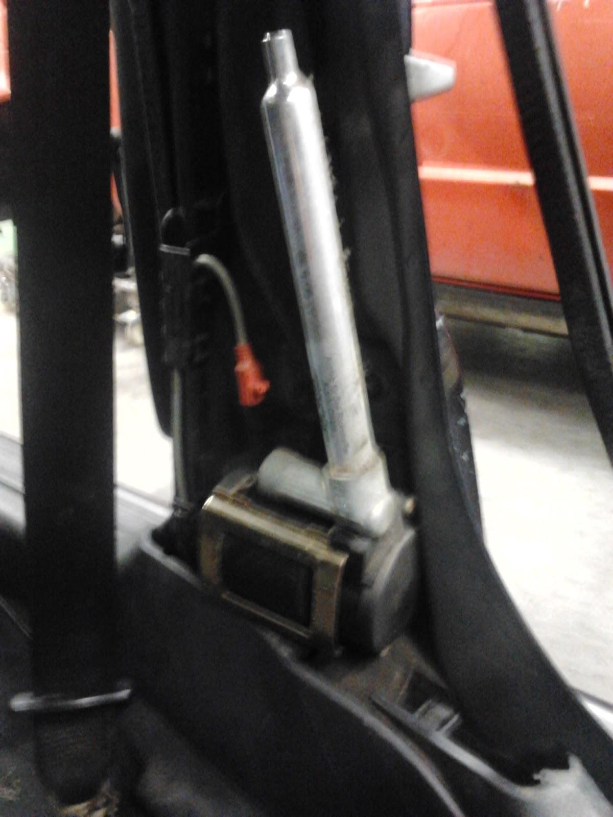 En esta foto podemos observar todo el sistema del cinturon de seguridad y  el pretensor montados en el vehiculo antes de ser extraido. c6ebdfd392d6