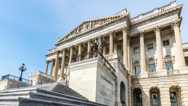 Nuevos Crypto Bills en Capitol Hill, los bancos rusos hacen frente a la demanda de criptomonedas