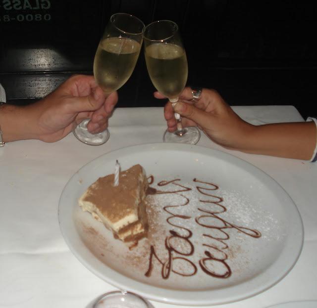 Pedaço de bolo de aniversário com champanhe. La Parolaccia. Buenos Aires