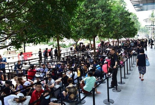 Customers Already Wait In Line For iPhone XS, XS Max, And Apple Watch Series 4, As New Apple Store Set To Open Tomorrow