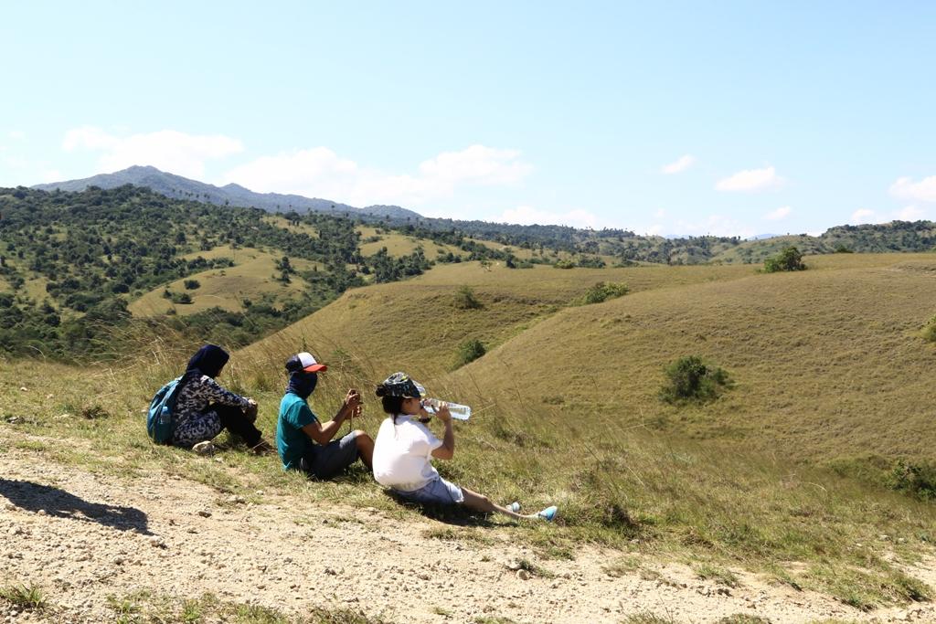 Istirahat di sela-sela trekking Pulau Rinca