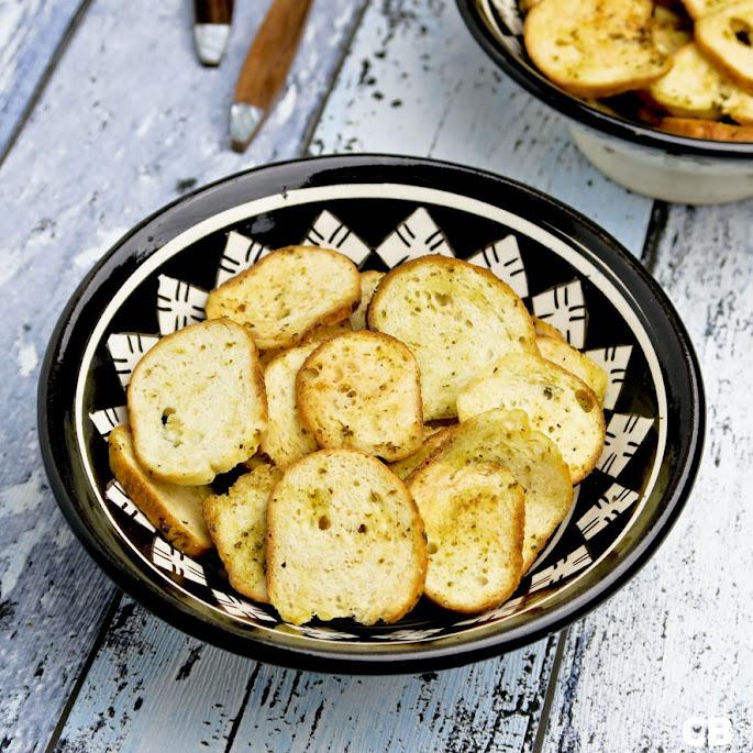 Bagel chips met knoflook en basilicum