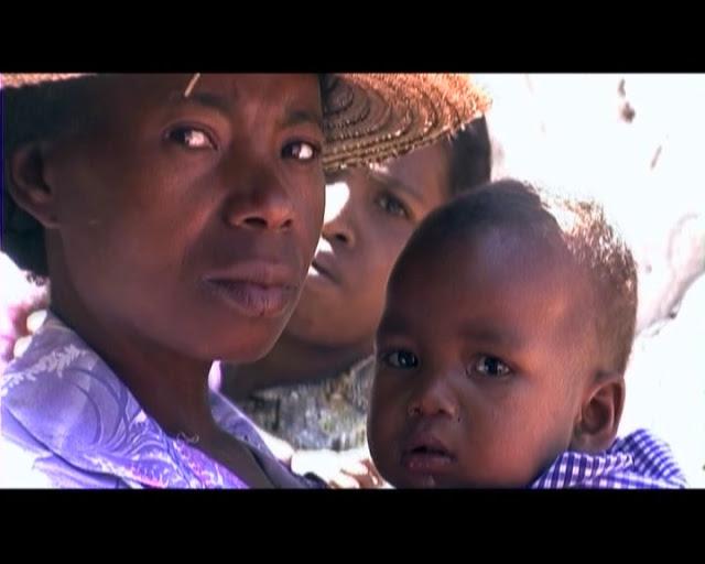 primer plano de mujer con su bebé en Madagascar