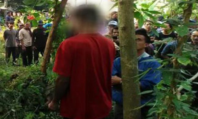 """Indikatormalang.com – Seorang warga asal Dusun Pandan Krajan RT 02/ RW 01 Desa Pandan Landung, Kecamatan Wagir, Kabupaten Malang, ditemukan tewas tergantung pada sebuah pohon, Kamis (20/7/17). Korban yang diketahui bernama Seger (46) diduga tewas bunuh diri. Namun belum dikeathui pasti penyebab korban nekat mengahiri hidupnya. Dugaan sementara berdasarkan keterangan dari warga yang berdekatan dengan rumah korban, korban nekat gantung diri akibat depresi dengan penyakit yang dideritaya tak kunjung sembuh. Korban sempat dicari oleh keluarganya. Pasalnya semalaman korban tidak pulang ke rumah, namun keesokan harinya malah ditemukan tewas oleh warga dengan kondisi tergantung. """"Korban sempat dicari keluarganya. Ketika itu, korban ke luar saat di rumahnya sedang berlangsung pengajian"""" ungkap Ipda Agus Yulianto, Kanit Reskrim Polsek Wagir. Korban pertama kali ditemukan di kebun belakang oleh seorang warga. Saksi kemudian melaporkan temuannya tersebut ke warga sekitar dan perangkat desa serta yang kemudian diteruskan ke Polsek Wagir. Saat pertama kali ditemukan, korban gantung diri menggunakan tali tampar plastik. Dari hasil olah TKP yang dilakukan oleh petugas tidak ditemukan tanda-tanda kekerasan pada korban. """"Petugas medis dari Puskesmas Wagir tidak menemukan tanda-tanda kekerasan atau penganiayaan terhadap tubuh korban"""" Tambah Agus."""